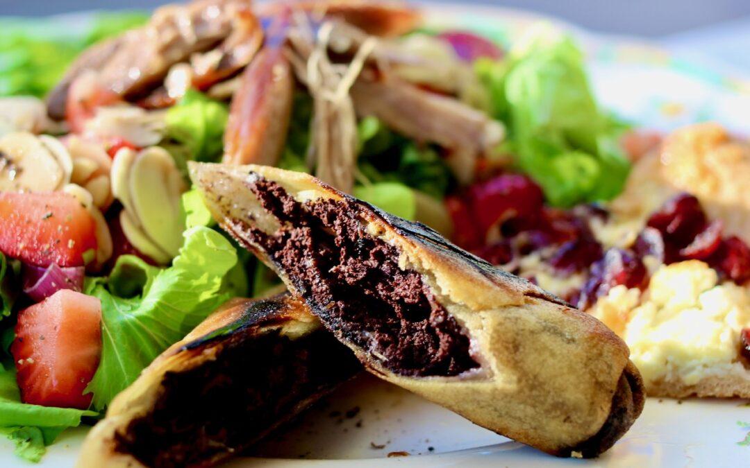 Salade avec boudin en croûte, fraises, canard confit et pizza chèvre et canneberg